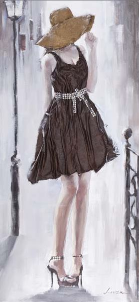 Mujer con sombrero y vestido marrón